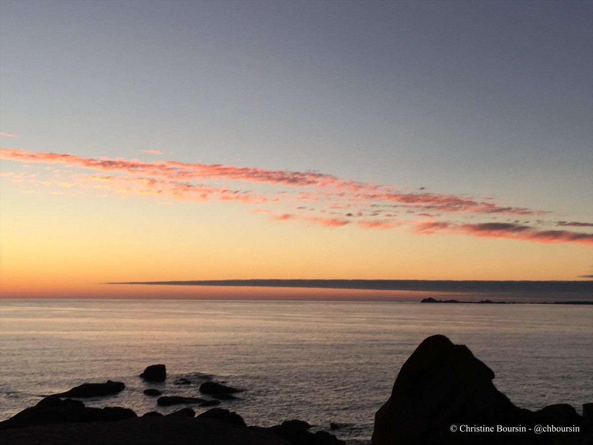 #Bretagne Quiétude d'un coucher de soleil sur la côte de granit rose à #PerrosGuirec #DefiCoucherDeSoleil avec @SensationBzh 💖🌅#MagnifiqueFrance Bon week-end à tous !