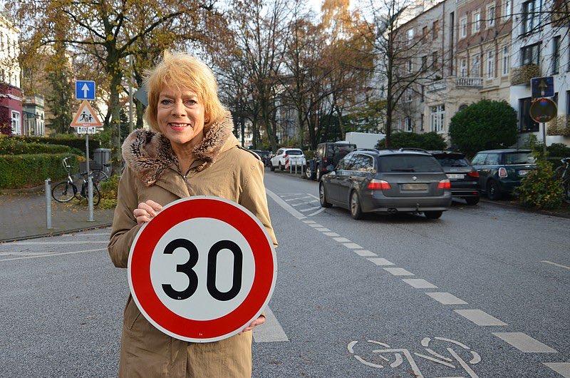 """#Tempo30 für den Graumannsweg - GRÜNE freuen sich über mehr #Sicherheit für Radfahrer*innen. Carmen Möller: """"""""Mit Tempo 30 kehrt wieder mehr Ruhe und Sicherheit im Graumannsweg ein!"""" https://gruene-nord.de/home/news-volltext/article/tempo_30_fuer_den_graumannsweg_gruene_freuen_sich_ueber_mehr_sicherheit_fuer_radfahrerinnen/… #Verkehrswende #Hohenfelde"""