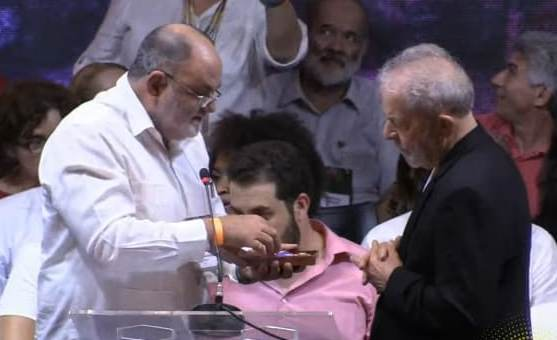 Condecorado @LulaOficial con la Orden Carlos Manuel de Céspedes, distinción que otorga el Pdte de #Cuba y que en su nombre se impuso a Lula durante 7mo Congreso del @ptbrasil. Un reonocimiento a su amistad con Cuba, a su defensa de las causas justas y del bienestar de su pueblo.