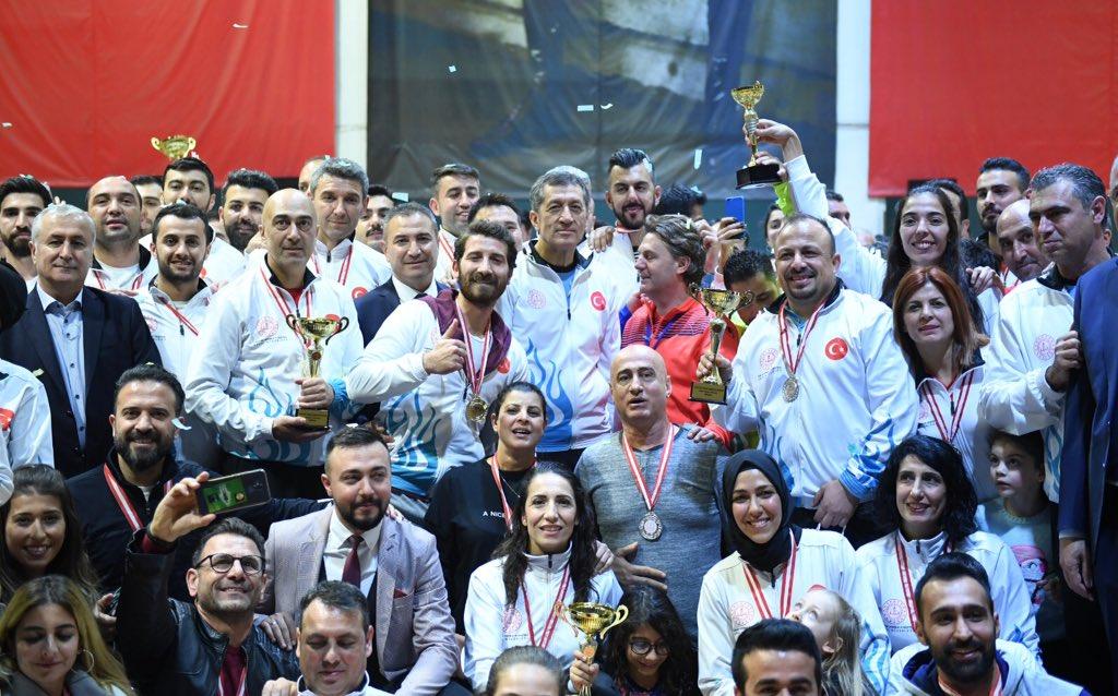 Sporun birleştirici gücünün galip geldiği, kaybedenin olmadığı Türkiye Öğretmenler Kupası'nda şampiyonlar belli oldu. Şampiyon takımlara kupalarını Bakan Selçuk verdi. #GelecekSeninEserin Haber👉🏻bit.ly/34fApsW
