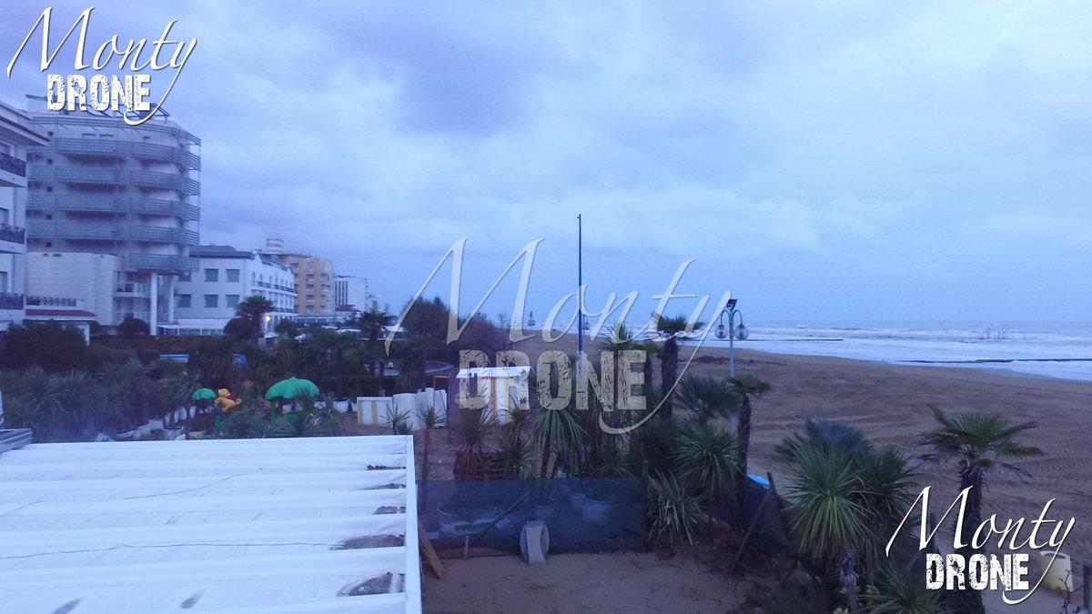 La spiaggia di #jesolo dopo il #maltempo dei giorni scorsi pulita  The #beach of jesolo after the #badweather its clean good for #windsurf  #drone #dronephotography #droneinstagram #droneaffair #droneaffairs #jesolobeach #windpic.twitter.com/K4Q3umXJW0