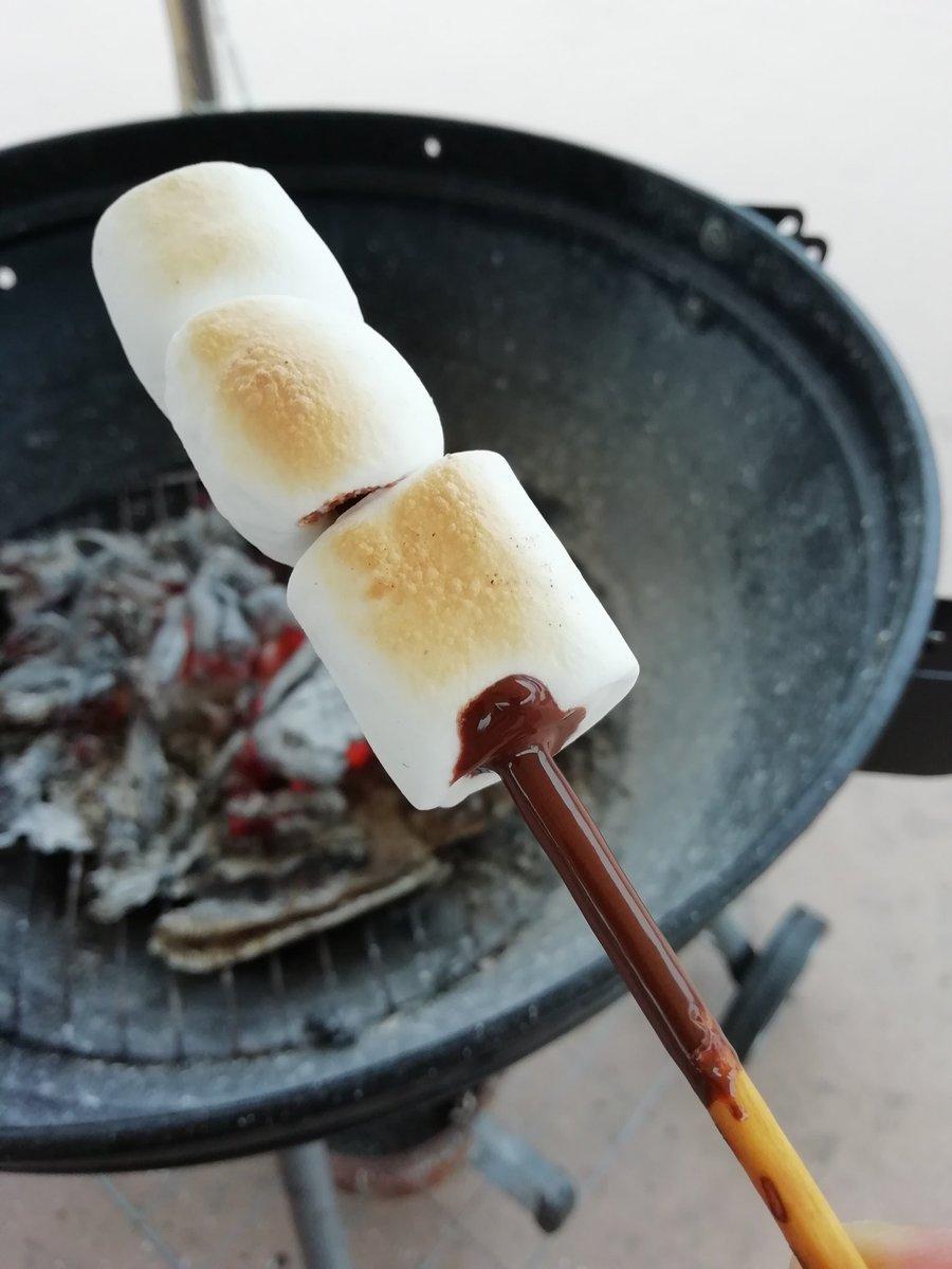 【グルメ】天才的アイデアを思いついてしまった。ポッキーに挿して焼きマシュマロ。