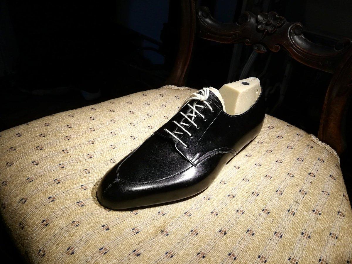 2足目のご注文。 捨て寸を短くしたり、ホールド感を増すために後足部を削り込んだり…お客様のご希望に沿うべく諸々修正しております。 Vチップは新鮮ですね。 #kenjihashimoto #bespoke #bespokeshoes  #shoemaking #vtip #オーダーシューズ #オーダーメイド #ビスポーク #神戸pic.twitter.com/r5LZDiXC24
