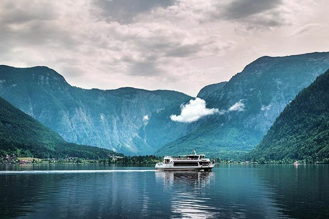 Is it just me, or that cloud is stalking the boat? 😁 . . .  #hallstatt #austria #österreich #ig_ikeda #sceniclocations #wonderlust #fotoencantada #visual_heaven #master_shots #ig_europe  #frame_killers #olharescom #postcardsfromtheworld #p3top #p3 #d…