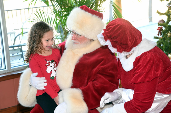 Brunch with Santa and Mrs. Claus? Sign us up! Dont forget to make your reservations for Santa's Holiday Jazz Brunch soon! Enjoy some great music and delectable food options, then enjoy the rest of the day at the zoo! Presented by @LurieChildrens czs.org/Brookfield-ZOO…
