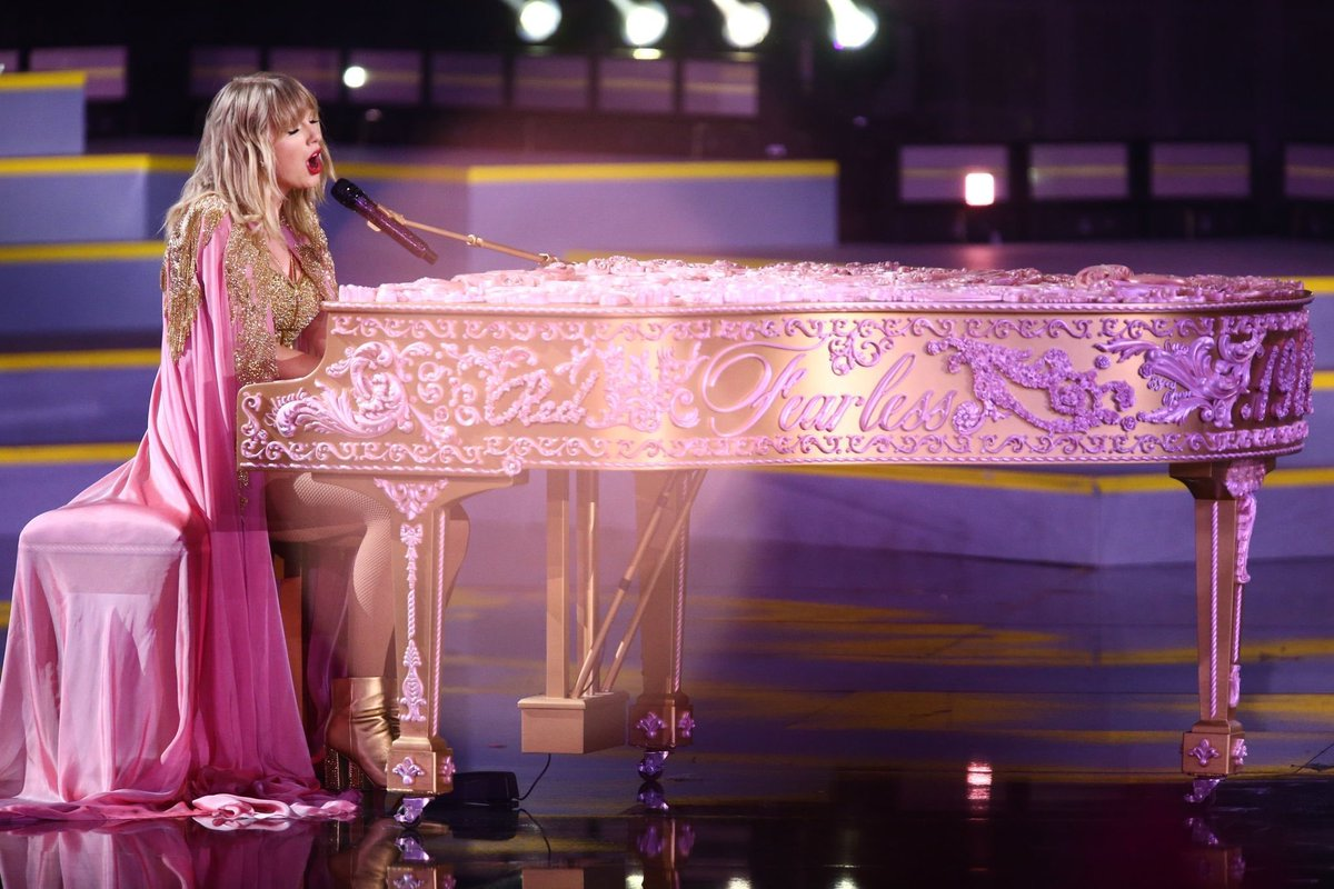 Taylor Swift News On Twitter The Names Of Taylor S Albums Are All On The Edge Of Her Piano During Lover Amas