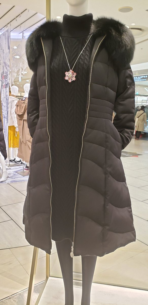 【JR名古屋高島屋店】 名古屋店で注目度が高まっているのがこちらのダウンコート✨ 特徴的なのはウエストの切替から下部分は縫い目が曲線になっており、さらに下へ向かって幅も広くなっているところです🌟 羽織っていただく際はぜひ横や後ろ姿にもご注目くださいませ🥰 #Aveniretoile #美シルエット