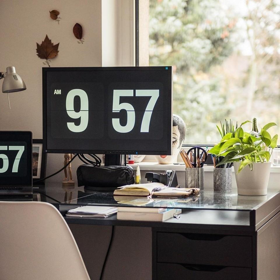 Hey Monday let's do this#officeenvy #deskenvy #thedevlife #setupinspiration #macbook #buildupdevs #lessismore #design #homeoffice #workingspace #homeofficeideas #dailywork #desktoppc #react #coder #whiteaddict #workspacepic.twitter.com/NUdAUj3GIW