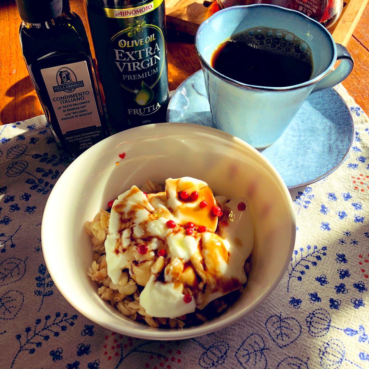 ちょっと体調が崩れて…食欲だけが取り柄の私の食欲が…ない(;_;)で朝ごはんこんな感じにフルーツグラノーラにヨーグルトをトッピングバルサミコ酢をかけて彩りにピンクペッパーやりんごやプチトマト仕上げはもちろん #AJINOMOTOオリーブオイル をひとかけこれダイエットにもいいよ😋
