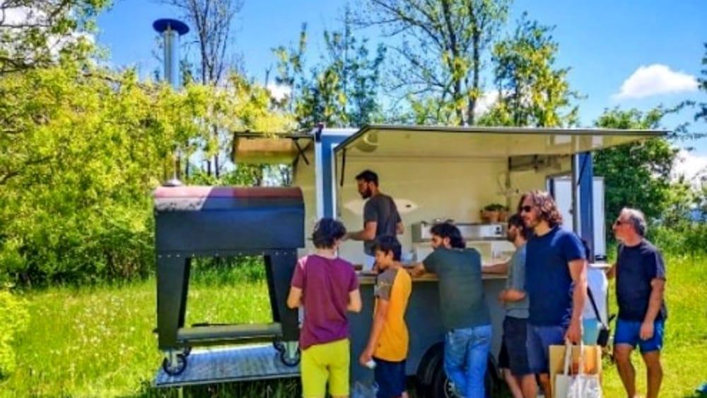Pizza cotta sul forno a legna in strada: start up ...