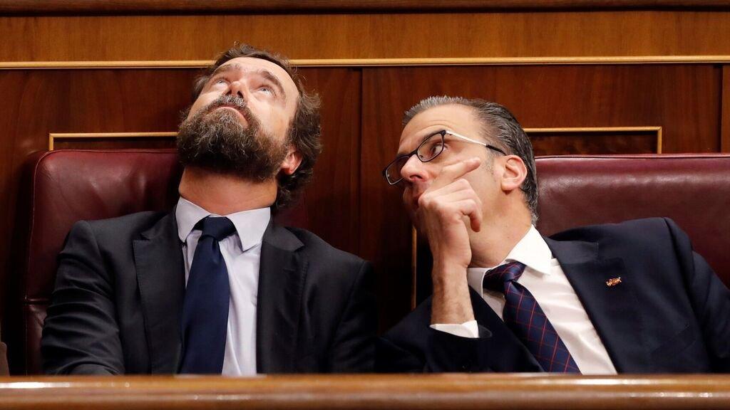 """""""¿Ves los agujeros de ahí arriba? Pues con un par de entrevistas espontáneas, unos cuantos tuits y un par de poemas castrenses, hago pensar a toda España que los hizo un fabricante de regaderas."""" https://t.co/pEpseYpIiz"""
