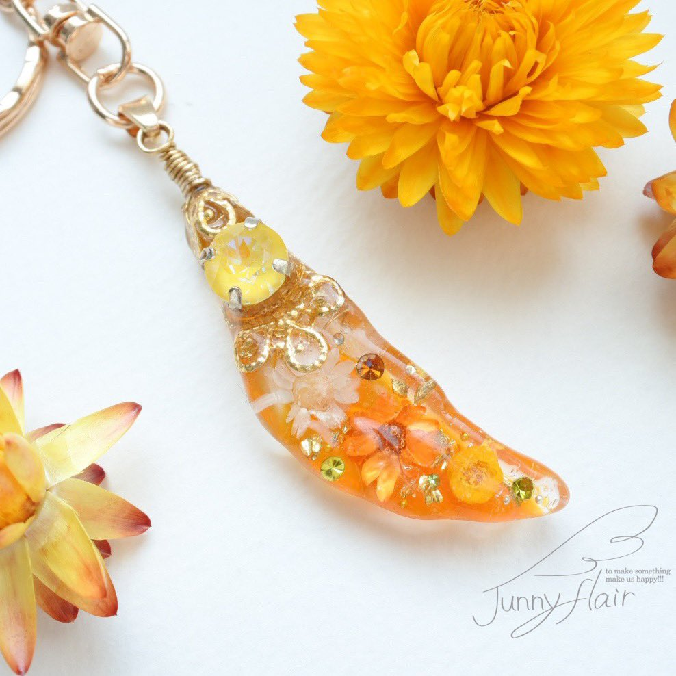 羽根の形のオルゴナイト【花/オレンジスマイル】久々の羽根オルゴナイトです໒꒱· ゚元気の出るオレンジ系をベースに、背面にはスマイルマークのアクセント🙂楽しく制作させて頂きました✨