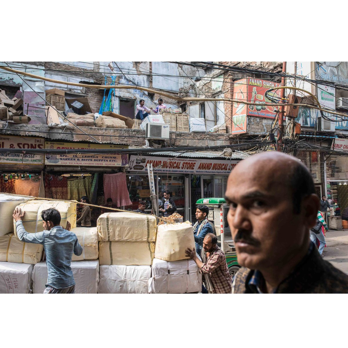"""""""In the mood for India""""  Photo essay : © Laurent Hazgui / @DivergencePhoto  2019  Triangle of commerce  #india #inde #newdelhi #man #workers #chandni #chandnichowk #market #marché #commerce  #photography #streetphotography #documentaire #photojournalisme #photojournalism"""