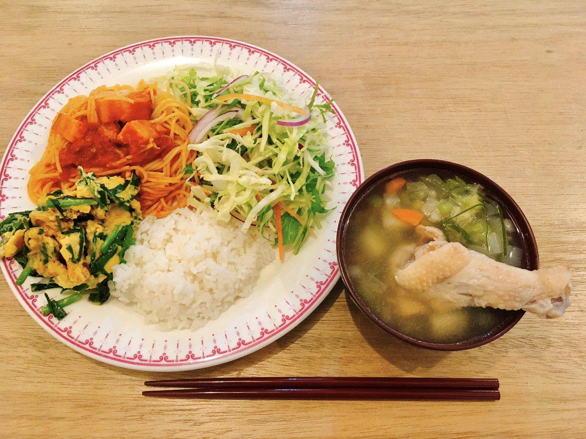 11月14日 メニュー・ニラ玉・ベーコンのアラビアータ・4種の野菜のサラダ・手羽スープ手羽スープはネギ、セロリなどの香味野菜を入れつつ、鳥の味を活かすために塩こしょうであっさりした仕上がりに👨🍳#いなフリ
