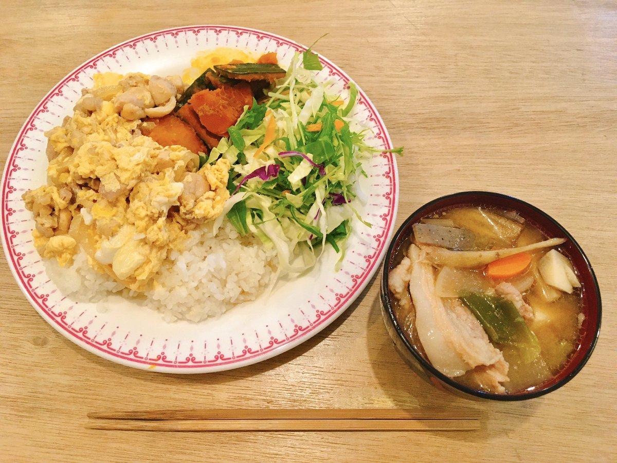 11月18日 メニュー・親子丼・豚汁・かぼちゃの煮物・4種の野菜のサラダ親子丼と豚汁を組み合わせると、めっちゃボリューミーなご飯になった感があるなw#いなフリ