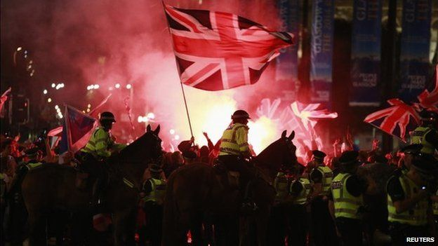 #BBCBiasAndLies Remember this? The Guardian: loyalists attack pro-independence supporters The Mirror: pro-union skinheads taunt defeated Scottish independence campaigners but BBC: Police separate rival groups in Glasgow #BBCBias by framing: youtu.be/TXQYuLUAbyw?t=…