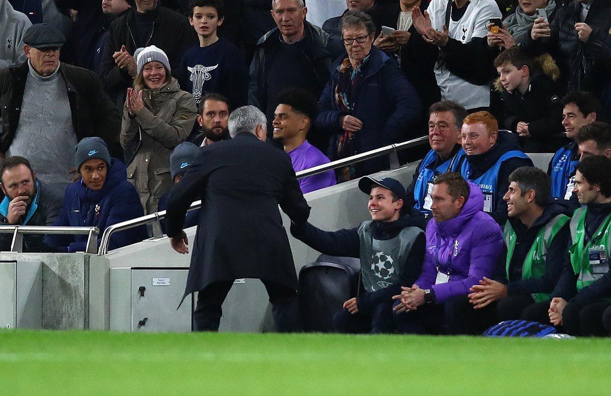 ¡Brutal! Mourinho se alió con un recogepelotas para empatar al Olympiacos mundodeportivo.com/futbol/champio…