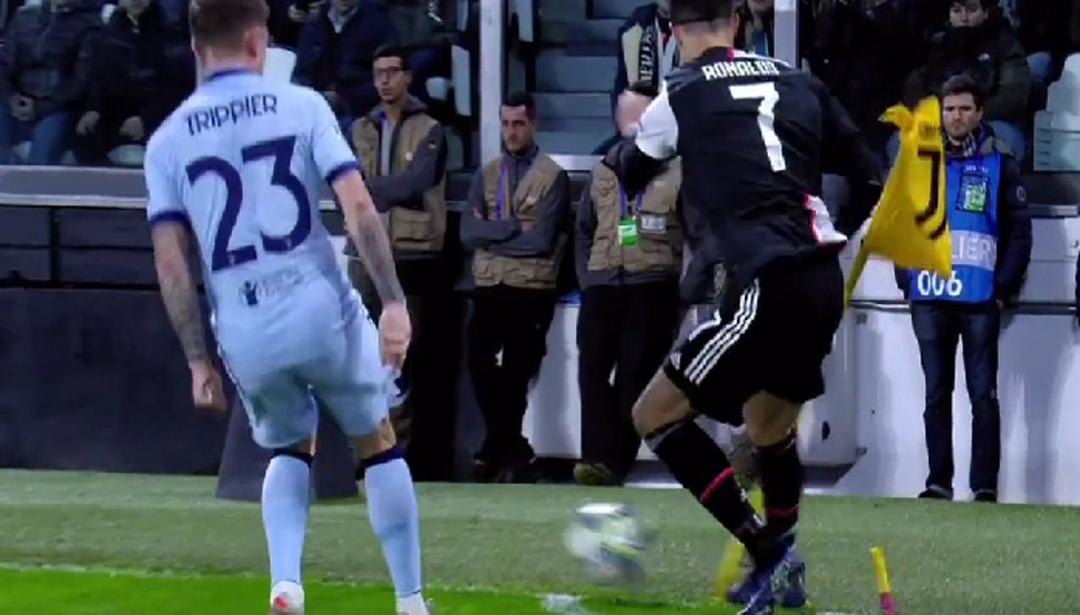 🤦♂️ ¡Cristiano casi se lesiona al darle una patada al banderín! mundodeportivo.com/futbol/atletic…
