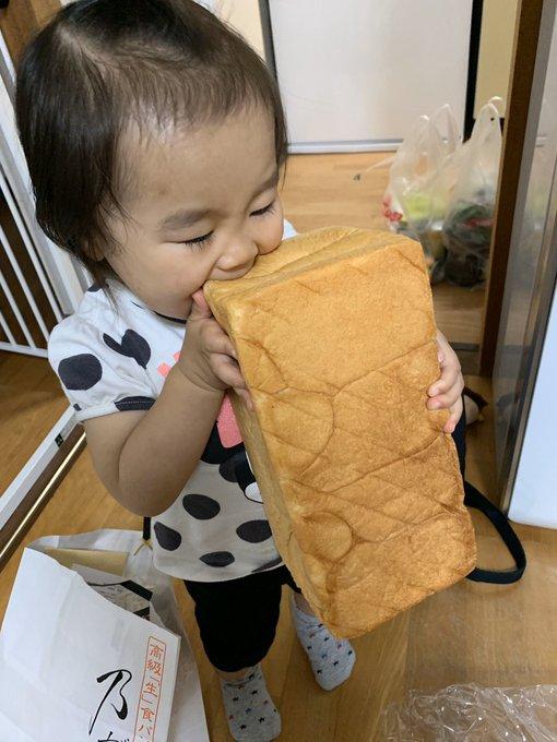 目を離した隙に...高級食パンにかぶりつく子どもの姿が可愛すぎた ...