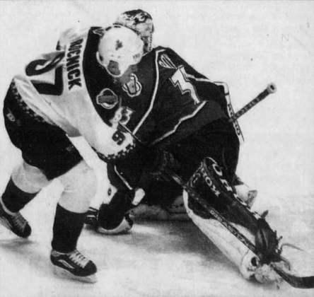 11/26/99 – With goals at 18:47 in the 1P, 10:49 in the 2P, and 13:57 in the 3P, Jeremy Roenick recorded the 2nd of back-to-back hat tricks. Teemu Selanne did it in 1992-93 (Selanne also had a hat trick that night for Anaheim). The Coyotes beat Brandon Roy's Avalanche, 7-0. #Yotes pic.twitter.com/z8df0PYOb8