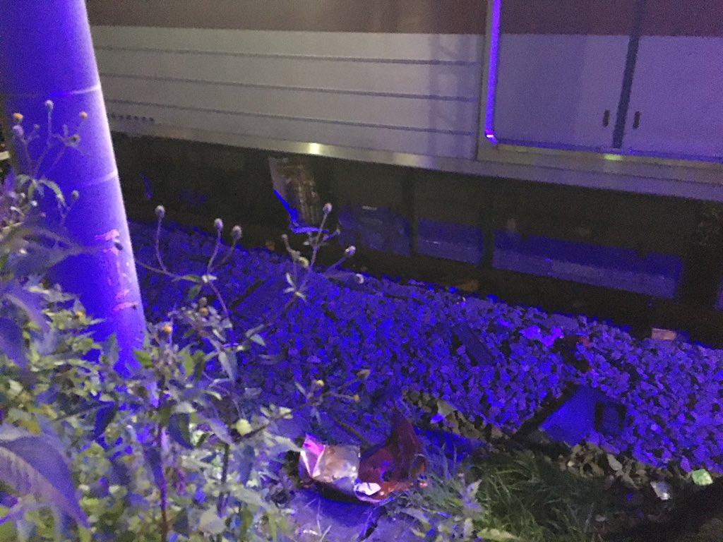 東上線の踏切事故で車のパーツが破損している画像