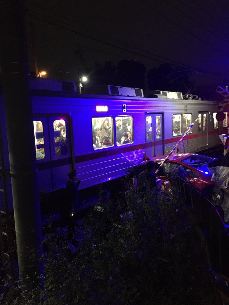 東上線の踏切事故で電車が緊急停止している現場の画像