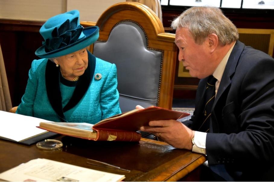 Королева отметила 150-летие Королевского филателистического общества