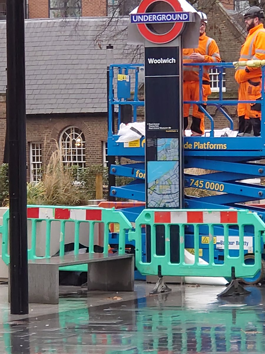 EKYVdPTWwAE0cwi - Crossrail's inconsistent roundels!