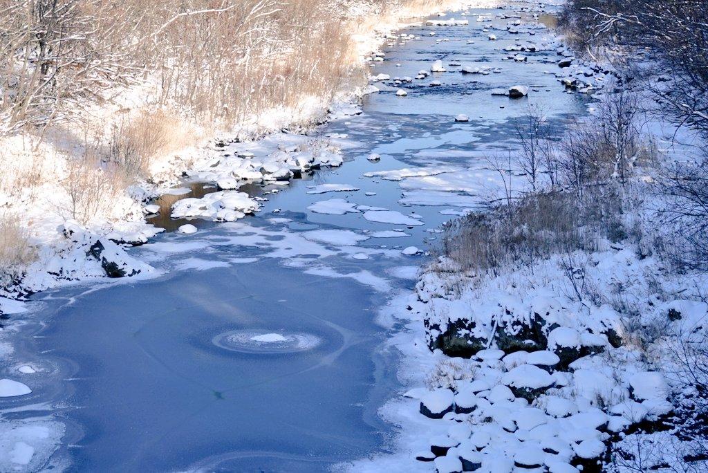 川が凍りはじめてた😲 川のそばは寒かった~😰😨😱🥶 #いまそら #空のある風景 #風景写真 #雪景色 #川 #photo #ふぉと