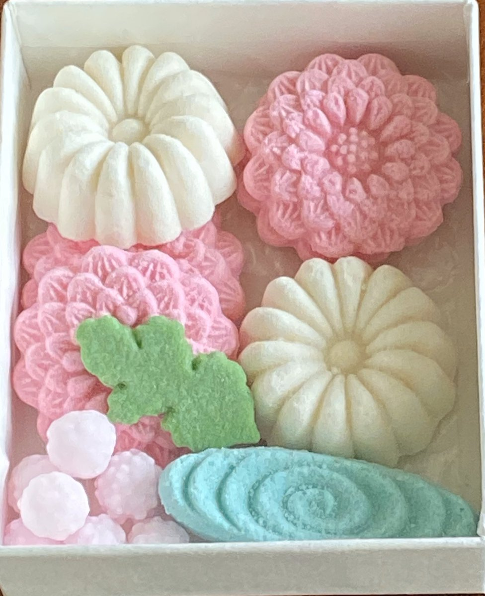 RT @K6xQ3: おはようございます✨ 風が強くて寒い😣 菊の和菓子🌼箱6.5×7.5の小さな落雁です(*☻-☻*) https://t.co/pKG30vpMok