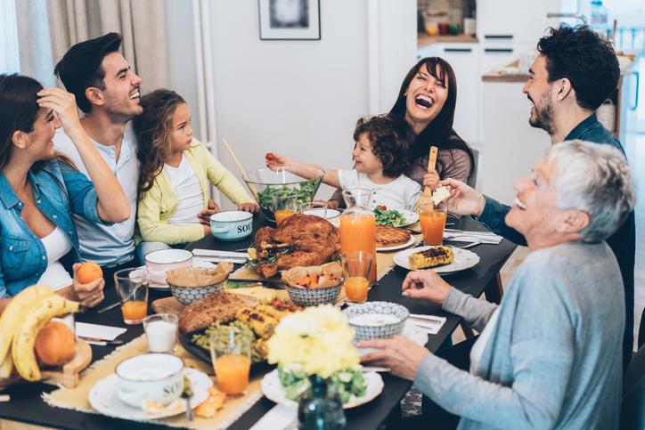 family eating thanksgiving dinner - HD1400×932