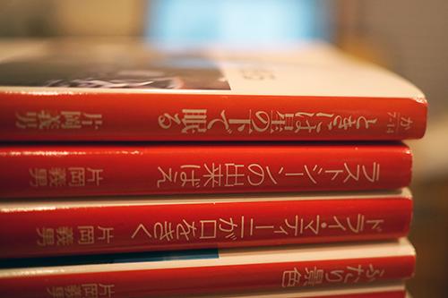『ときには星の下で眠る』。コバルトシリーズの片岡義男作品を読んでいる感覚にも通じるスピード感のある小説を楽しんだ。シカゴ・モータースのおじさんの葬儀の様子を8mm映画でみる場面がとても印象的だ。日本版の「モンスター・ライド」のような光景が映写機によって蘇る。