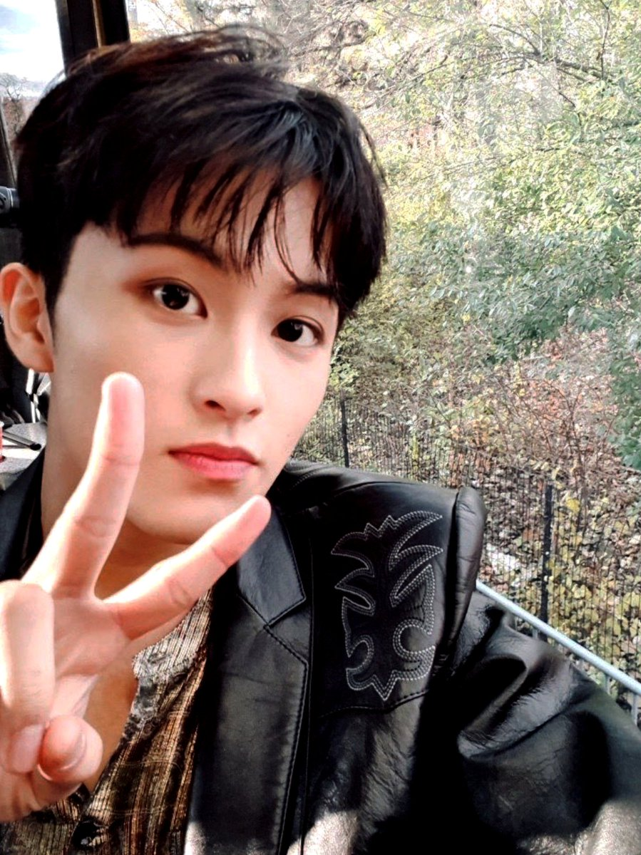 RT @NCTsmtown_127: ✌✌✌  #NCT #NCT127 #MARK #Thanksgiving #MacysParade https://t.co/ymxpcVY4C2