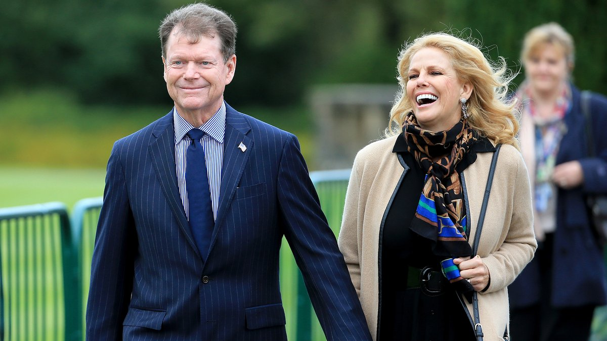 Hillary Watson, wife of eight-time major champion Tom Watson, lost her battle with pancreatic cancer and passed away Wednesday night at the age of 63, according to a report from Golfweek. watchgolf.ch/twGxMA