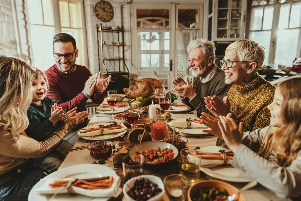 family eating thanksgiving dinner - HD1200×800