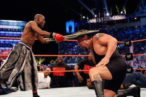 The time @floydmayweather went on WWE to face Big Show, to prove yet again that he is the best ever! 🐐#ThrowbackThursday https://buff.ly/2DoQHDR