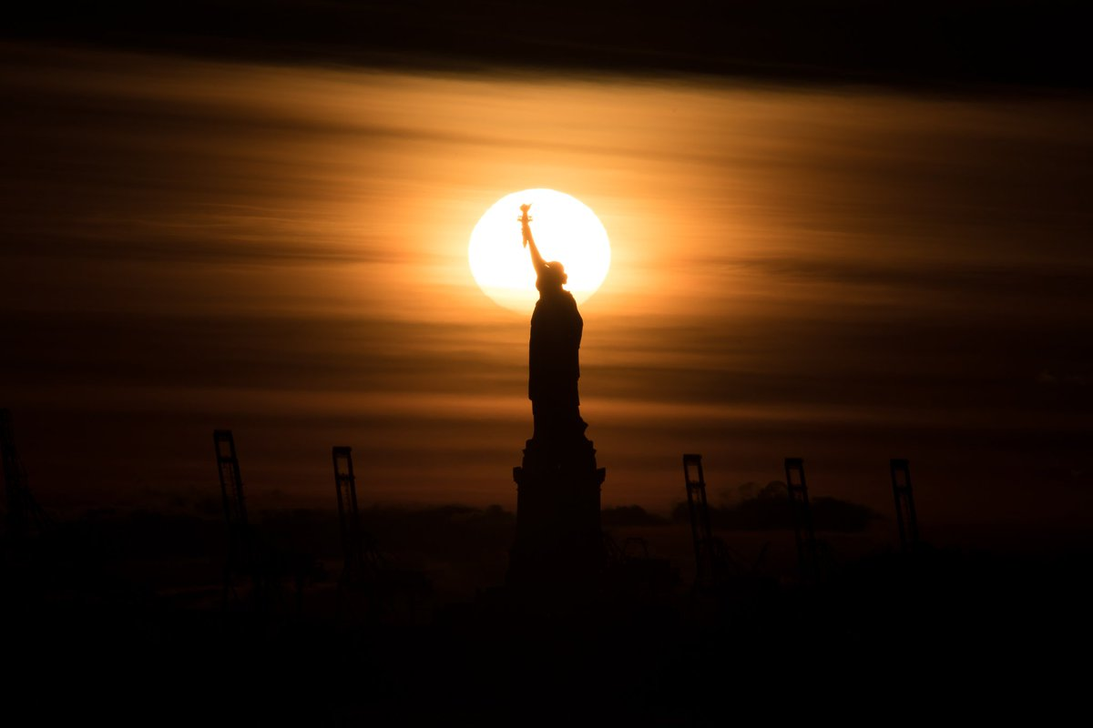 Tonight's #Thanksgivingday sunset behind the Statue of Liberty <br>http://pic.twitter.com/zRo8O1xJIz
