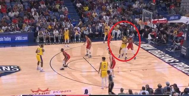 【影片】真領袖!Howard要位軟豆不願意給,隨後詹姆斯的一個舉動球迷紛紛按讚!-籃球圈