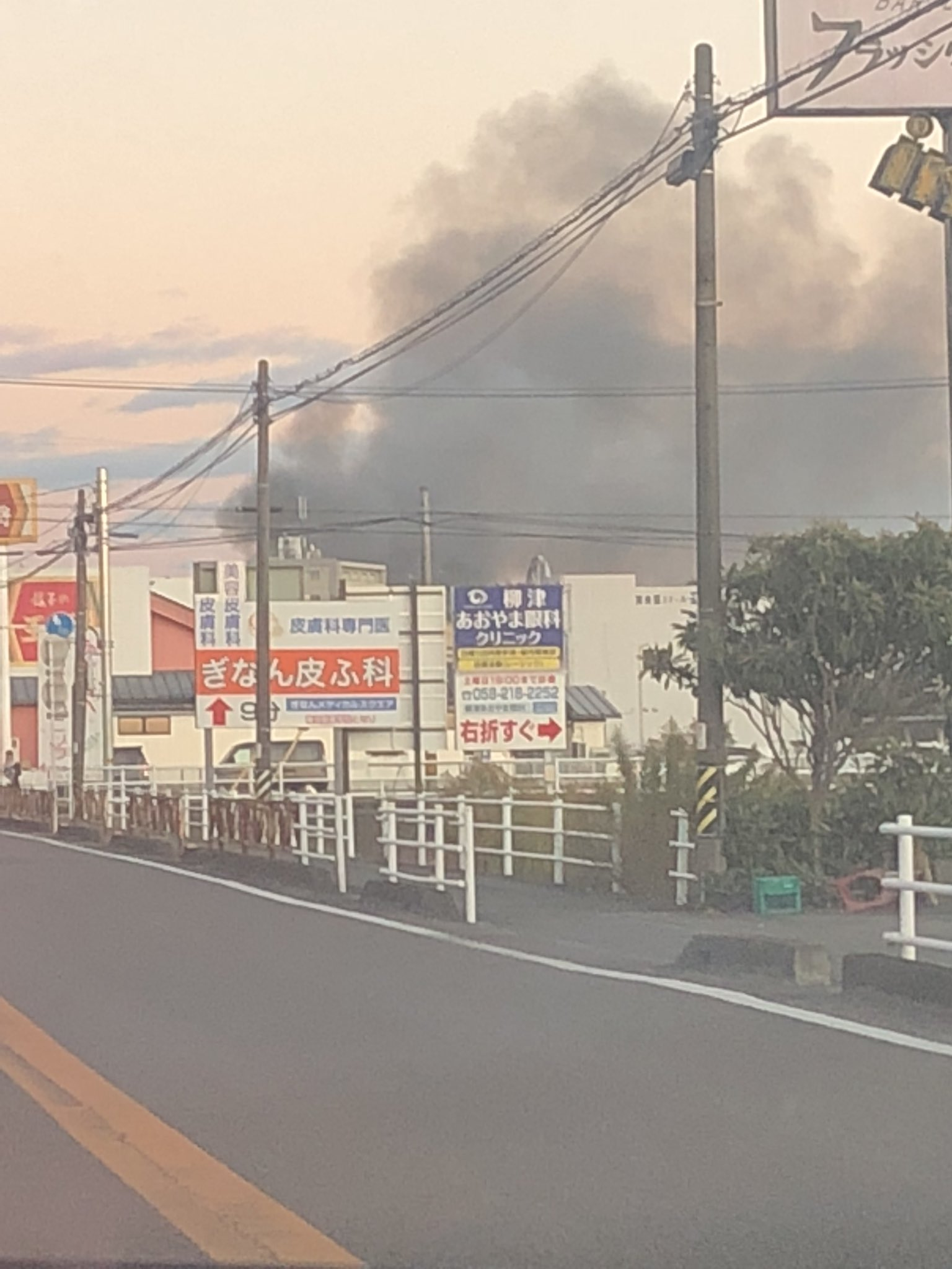 岐阜県笠松町の住宅火災で黒煙が上がっている現場画像