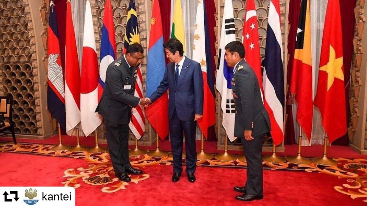 防衛大学校では、アジアの国々を中心に、留学生をたくさん受け入れています。その卒業生の皆さんを、昨日、総理公邸にお招きしました。