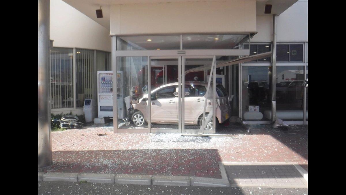 葬儀場に車突っ込む 89歳女性運転の車佐賀市で29日午前、高齢女性が運転する車が葬儀場に突っ込んだ。この事故で、運転していた89歳の女性が軽傷。#FNN