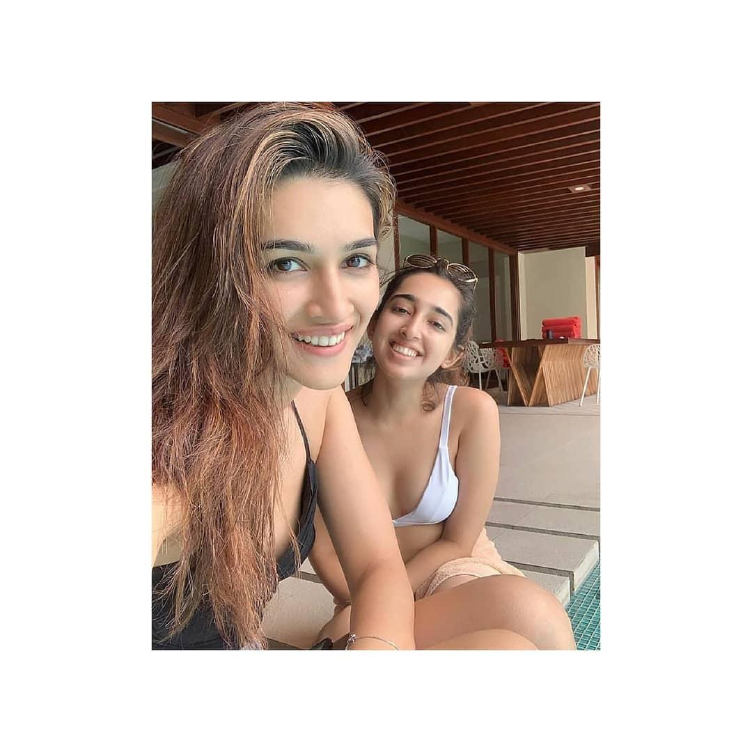 Kriti Sanon captured with her friend #cineriserofficial #cineriser #vacationmode #friendship #friendsforever #kritisanonworld #kritisanonhottest #kritisanonfans #kritisanonhotie @kritisanonpic.twitter.com/vociRfYWAi