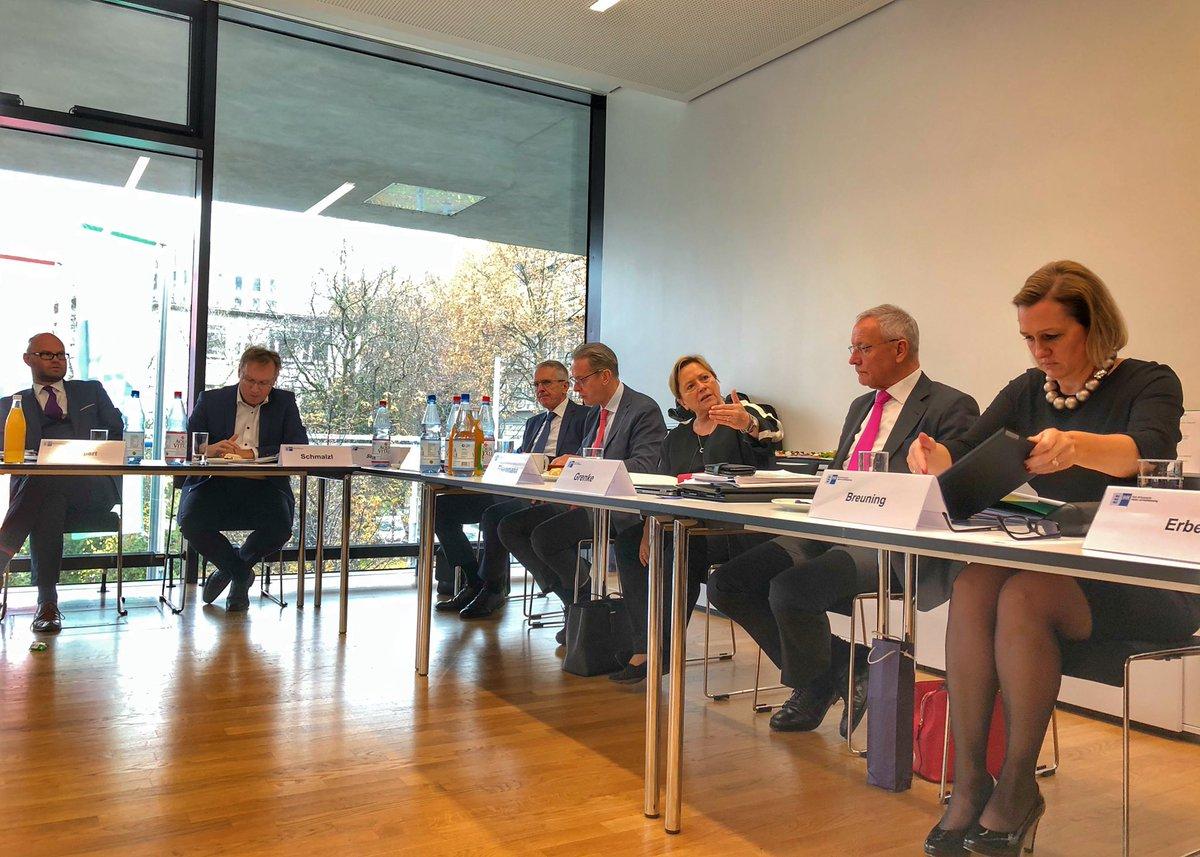 Im Moment sprechen die #IHK-Spitzen in #BW mit Kultusministerin Dr. Eisenmann (@KM_BW) zu diesen bildungspolitischen Themen: 1⃣ Berufsorientierung, 2⃣ Qualitätsentwicklung und 3⃣ Digitalisierung