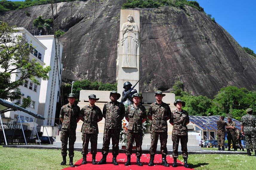 """Comando Militar do Leste Twitterren: """"5º Grupamento de Engenharia (5º Gpt  E) participa da cerimônia em memória das vítimas da Intentona Comunista de  1935 realizada na Praça General Tibúrcio, na Praia Vermelha,"""