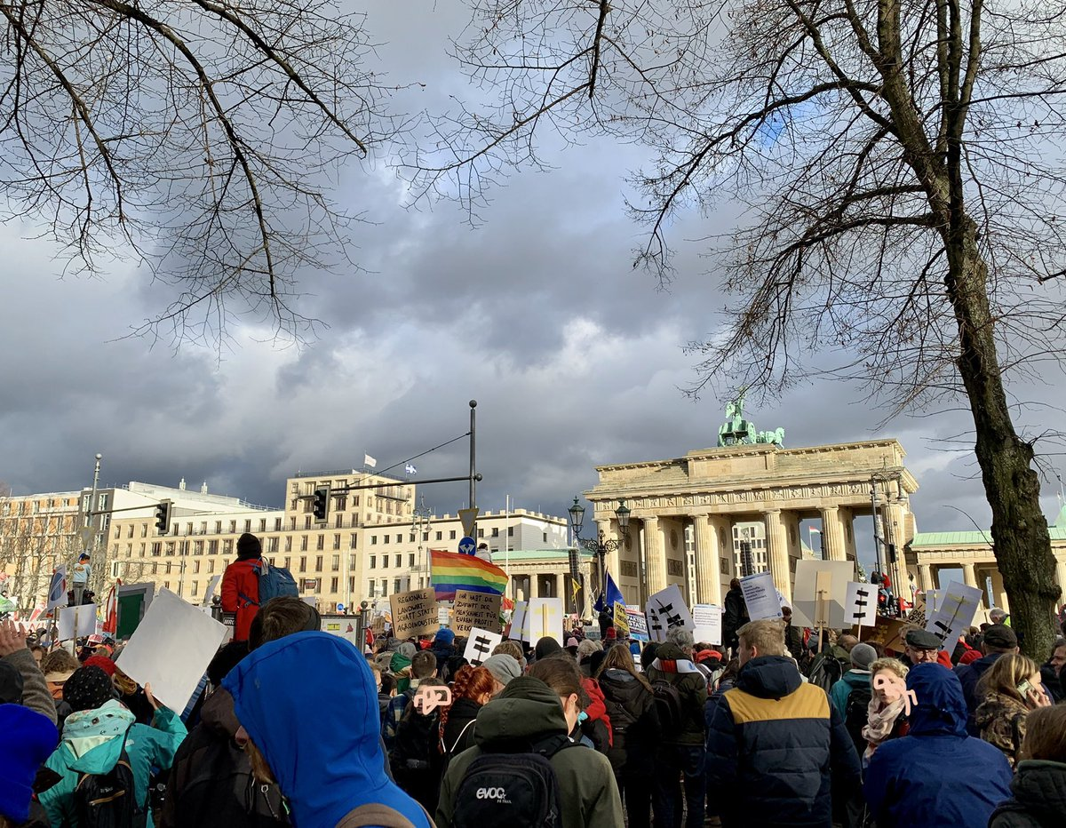 SOOOOOOOO MANY PEOPLE IN BERLIN FOR THE CLIMATE   #ClimateStrike #AlleFuersKlima <br>http://pic.twitter.com/56bGfD7kpg