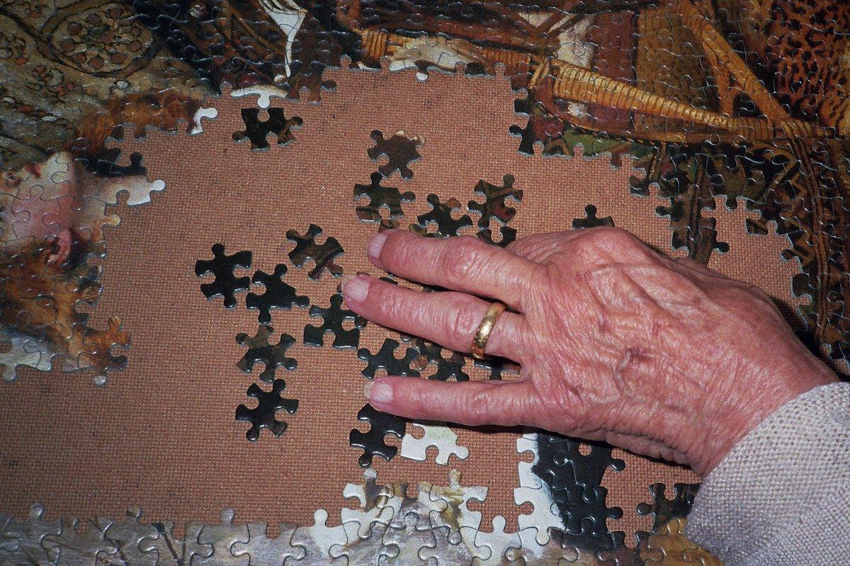My 91 yr old nan, #puzzle addict #PhotosOfMyLife #filmphotography #everydayphotography #Documentarypic.twitter.com/VxKUdzsDVa