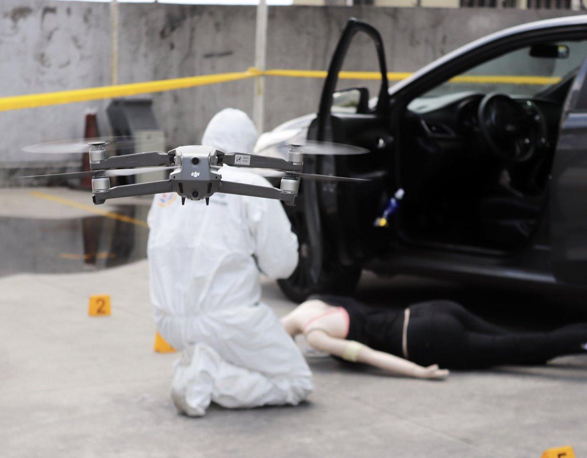 """Cptn. Diego López, Jefe de IOT: """"El  uso de las nuevas tecnologías en el ámbito #forense, como los sistemas aeronáuticos pilotados automáticamente (RPAS), comúnmente conocidos como drones, simplifican y mejoran las actividades, del #criminalista de campo""""  #ServicioForenseEcpic.twitter.com/LH5iYvrSCg"""