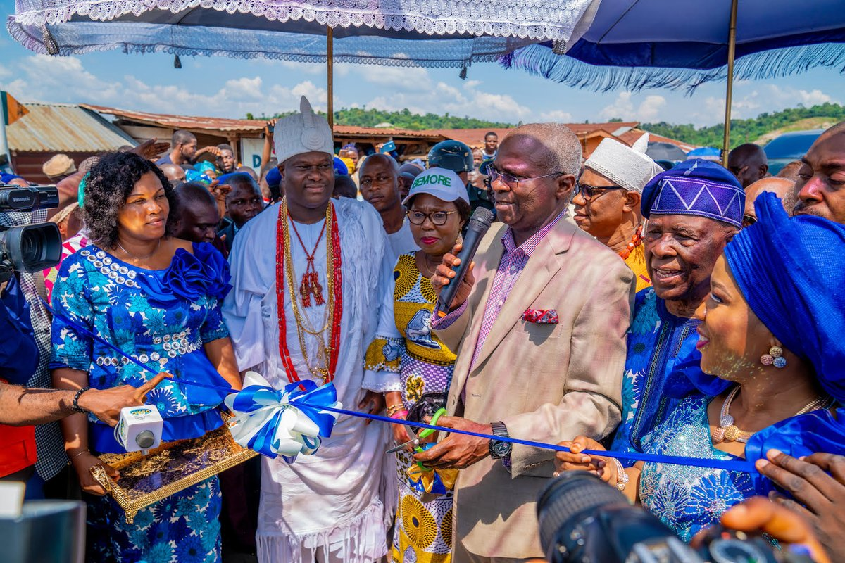 Mr. Babatunde Fashola, Ooni of Ife, wife of the Ondo State Governor, Aare Atayese of llara - Mokin, Chief Ade.Ojo and others during the Official Commissioning of the 6KM Road Network constructed by Chief Ade-Ojo in Ilara -Mokin, Akure, Ondo State on November 9. https://t.co/nPGKJHoXM1