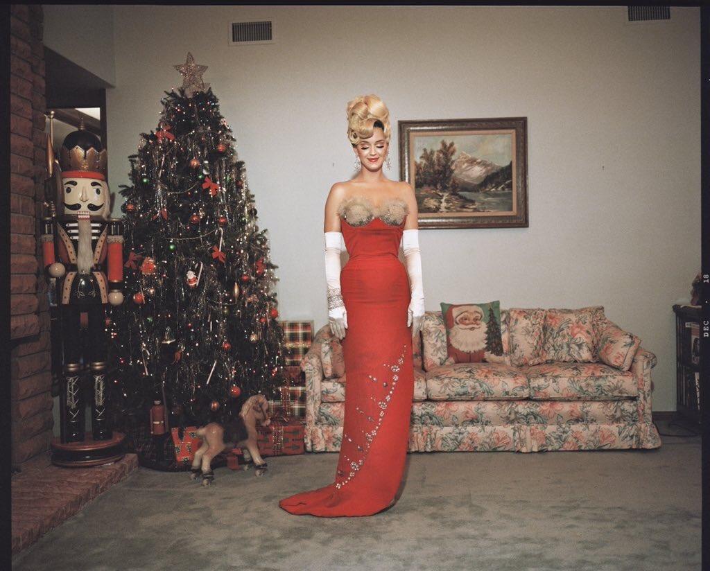 """Insider confiável confirma lançamento do clipe de """"Cozy Little Christmas"""" para semana que vem. Katy Perry lançou essa música ano passado SOMENTE na Amazon, e mesmo assim o hino debutou no top 50 da Hot100, fazendo mais de 17 milhões de streams na semana do natal."""