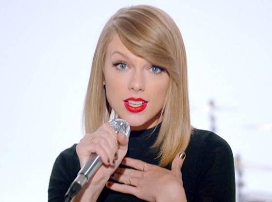 Há 5 anos, Taylor Swift se tornava a primeira artista feminina a se auto-substituir no #1 da Hot 100. A cantora realizou o feito com o lançamento de Blank Space, que tirou Shake It Off, do trono!